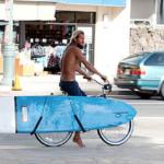 海沿を上半身裸で自転車乗ってるおじさん。 カッコ良くみえるよな?